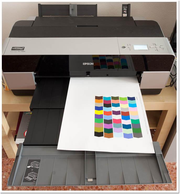 Impresora imprimiendo la primera hoja de muestras con el X-Rite Colormunki