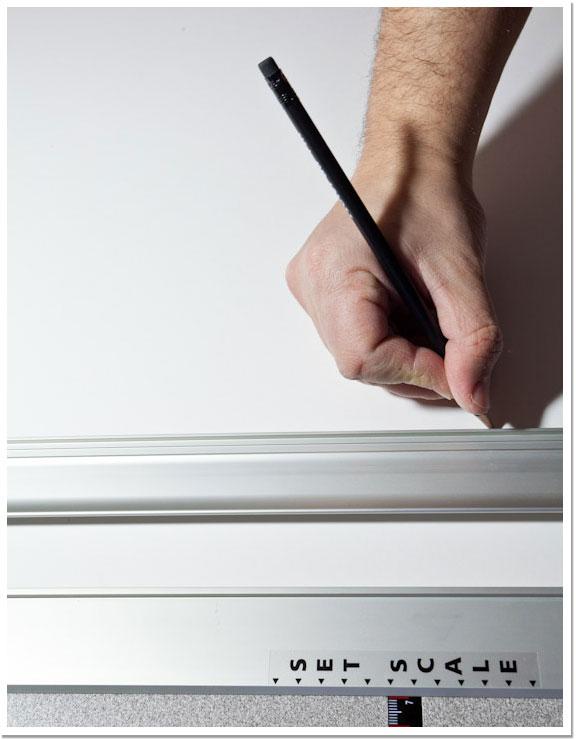 Marcando con lápiz los bordes de la ventana del paspartú