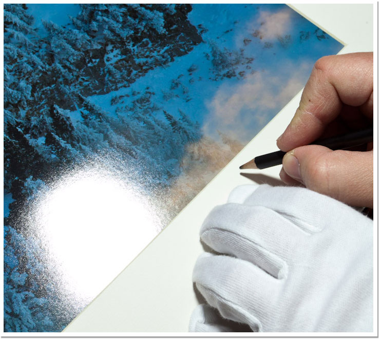 Firmando con lápiz sobre el paspartú