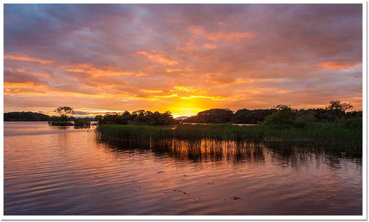 El sol se esconde en el lago